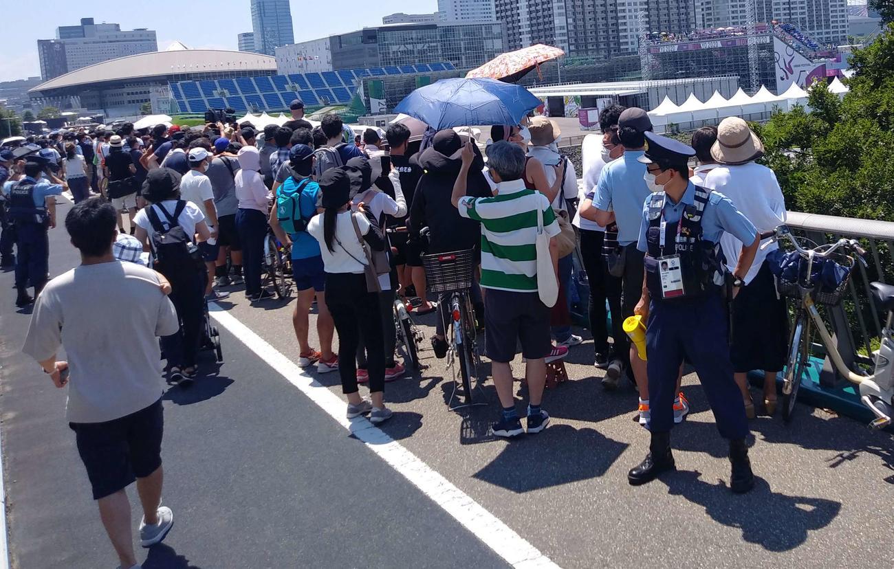 五輪競技を場外観戦できる数少ないポイント。BMXパーク会場に近い有明北橋には数多くのファンが集結し、徳島県警の警察官が警備にあたった
