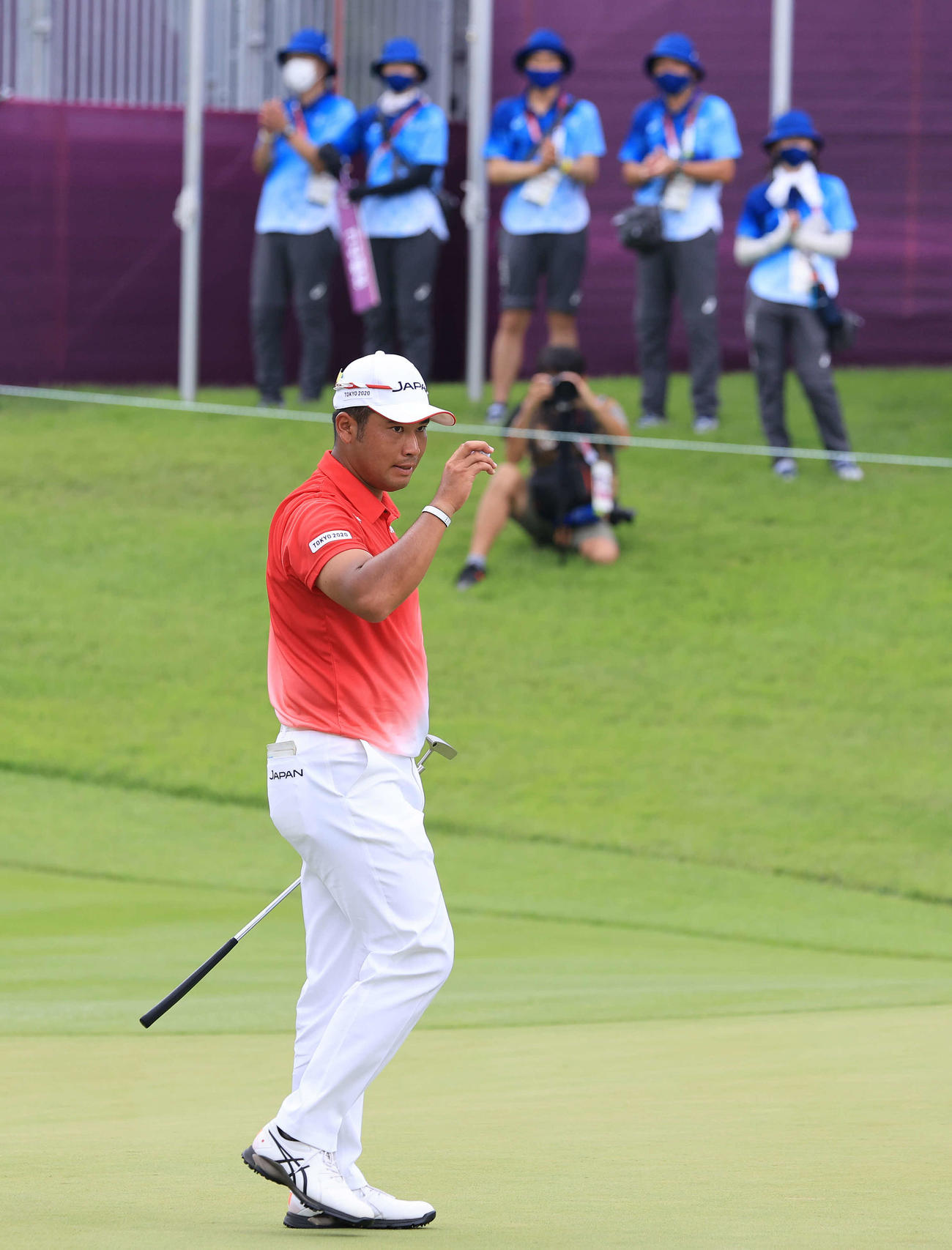 男子ゴルフ第1日、18ホールを終え、拍手に応える松山(撮影・河野匠)
