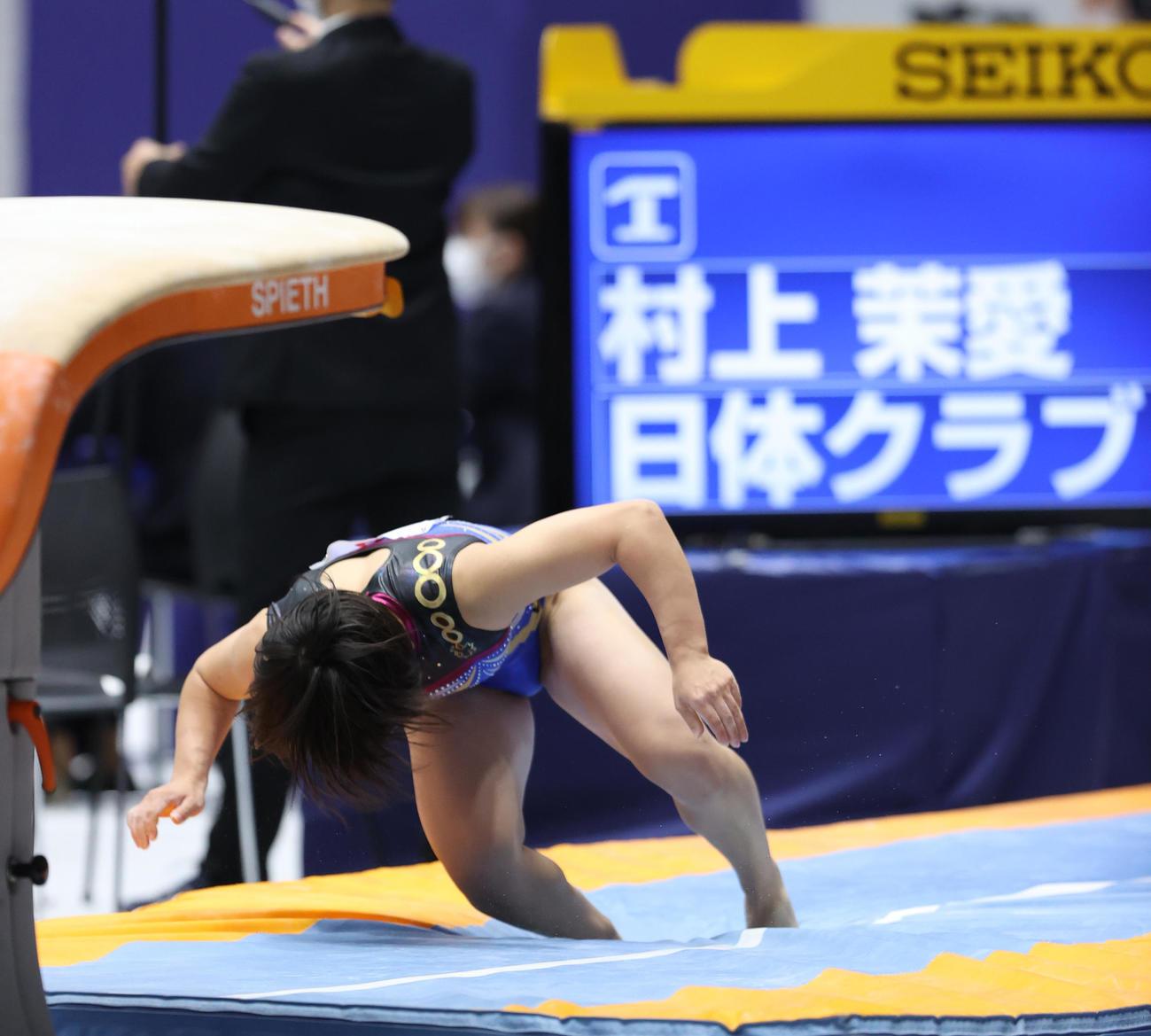 女子総合予選、跳馬で着地に失敗する村上(撮影・河野匠)
