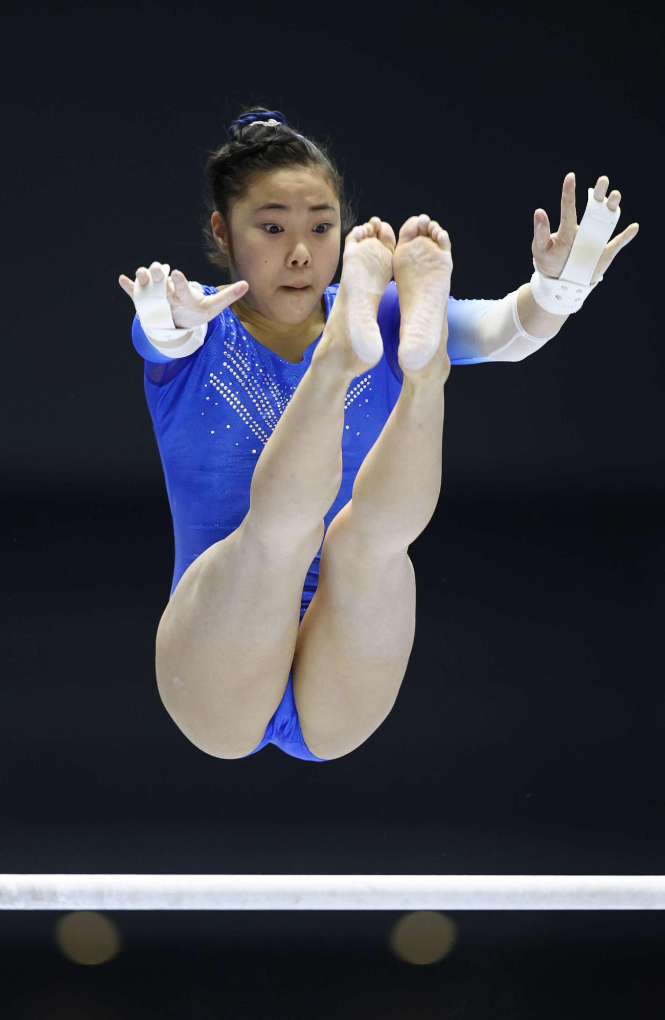 12日、女子個人総合決勝で段違い平行棒の演技をする相馬