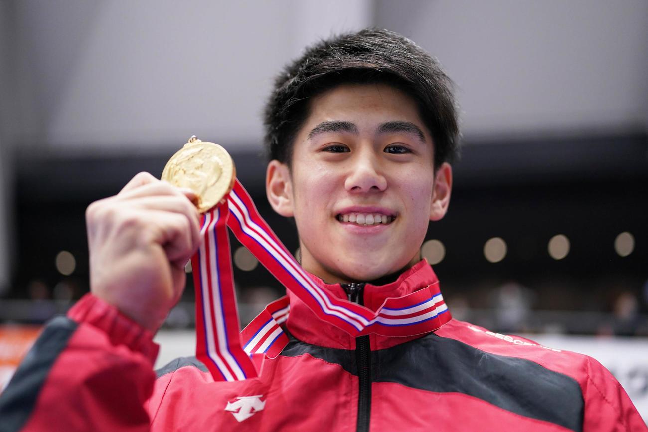 男子決勝で初優勝を飾りメダルを手に笑顔を見せる橋本(代表撮影)