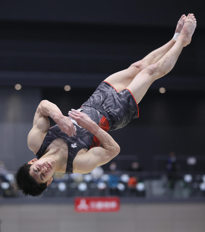 全日本体操個人総合選手権の男子決勝、ゆかの演技をする橋本(代表撮影)