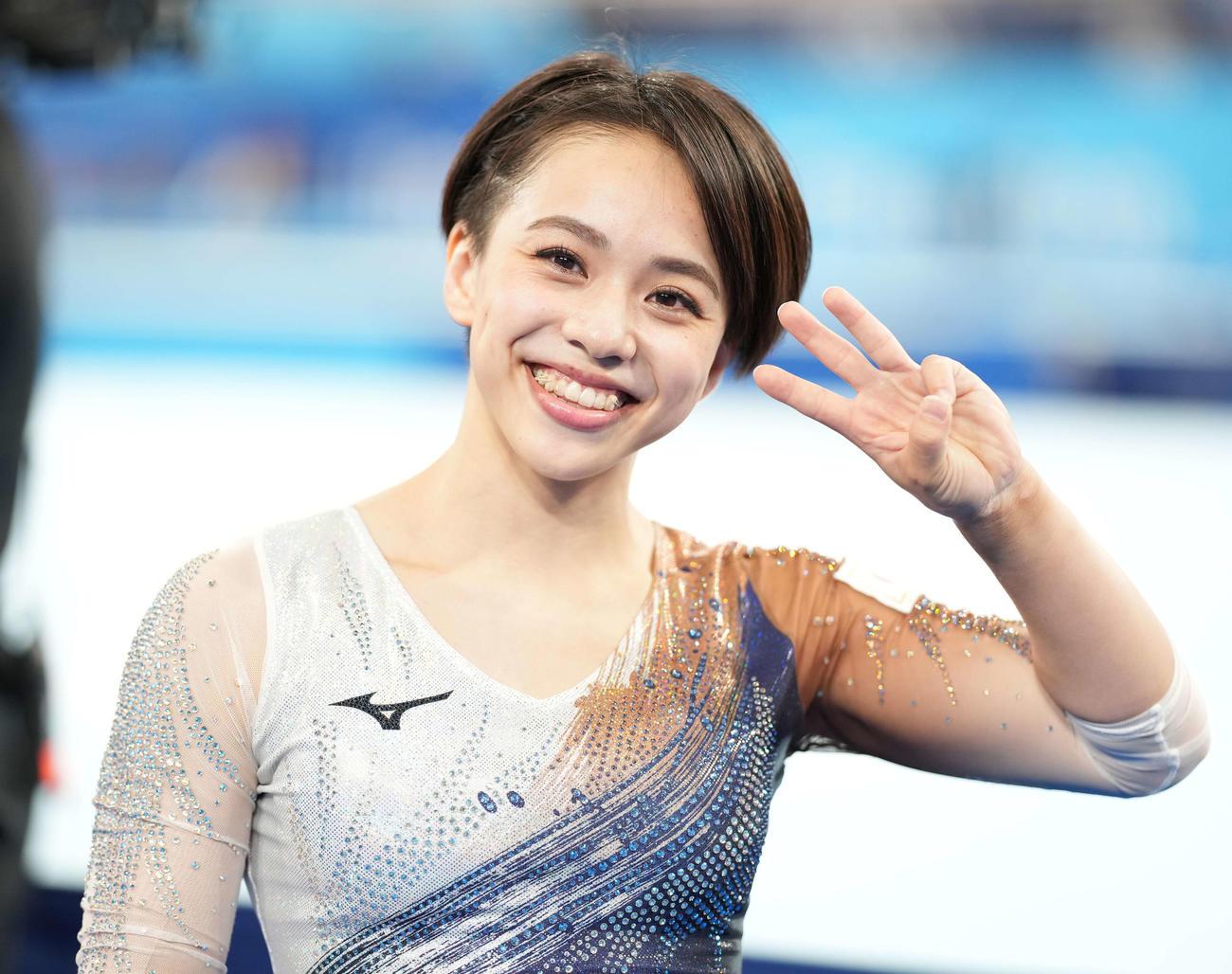体操女子種目別床運動決勝 銅メダルの村上は指で3のポーズ(撮影・鈴木みどり)