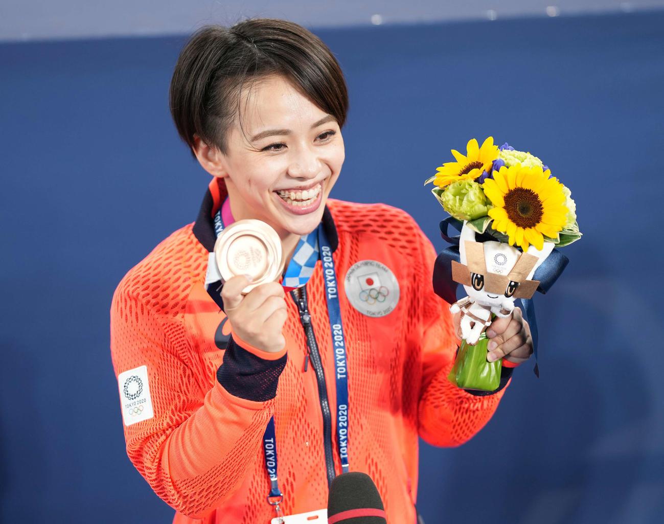 体操女子種目別床運動決勝 インタビューで銅メダルを手に笑顔の村上(撮影・鈴木みどり)