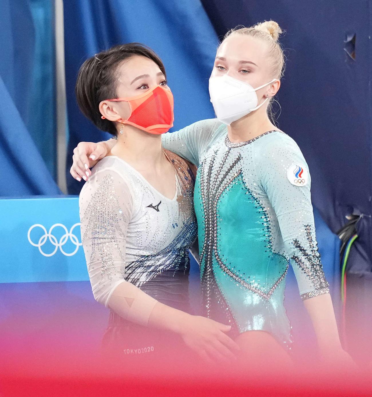 体操女子種目別床運動決勝 同じく銅メダルのメルニコワ(右)と健闘をたたえ合う村上(撮影・鈴木みどり)