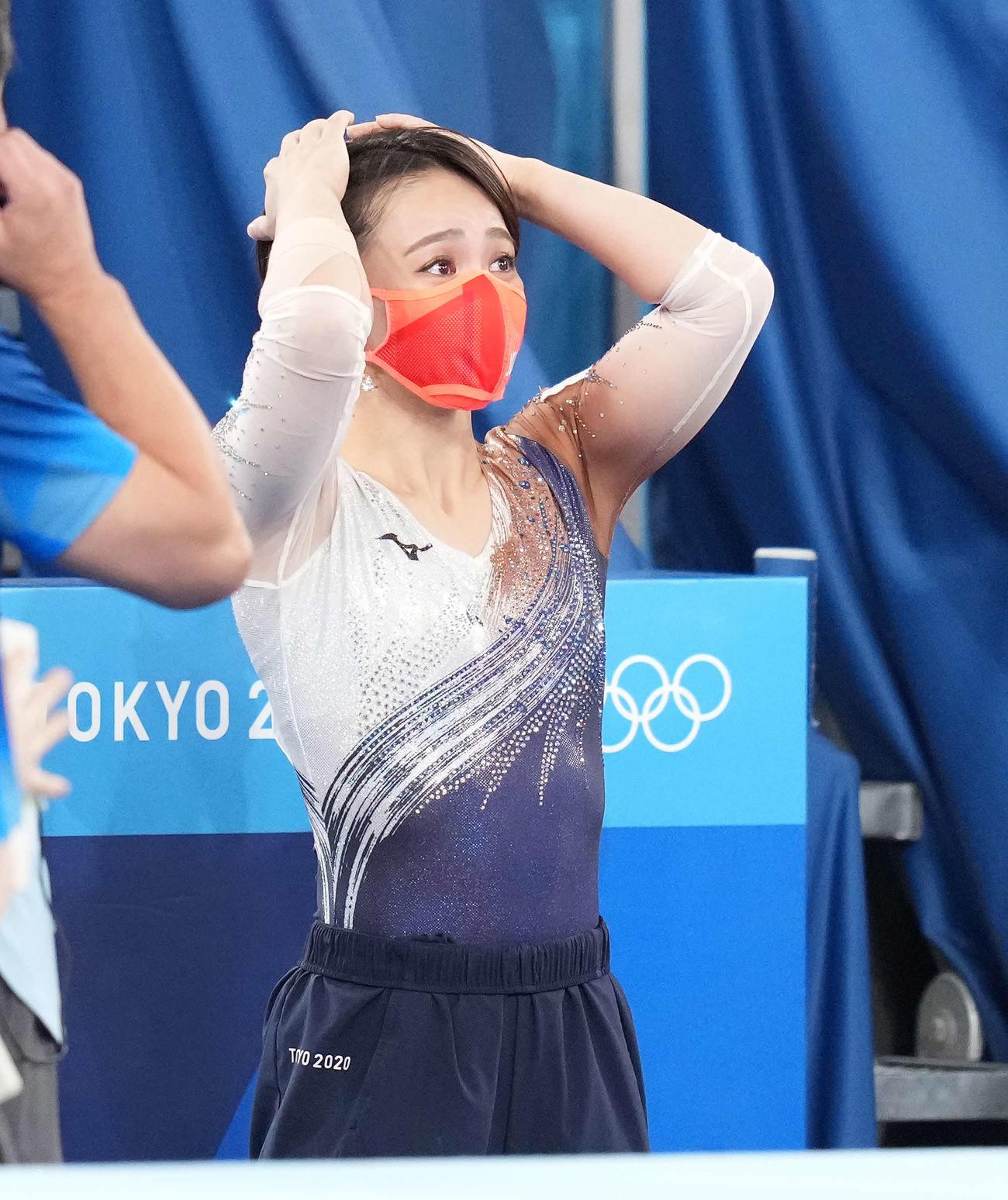体操女子種目別床運動決勝 最終順位を確認し、銅メダルの村上は感極まる(撮影・鈴木みどり)