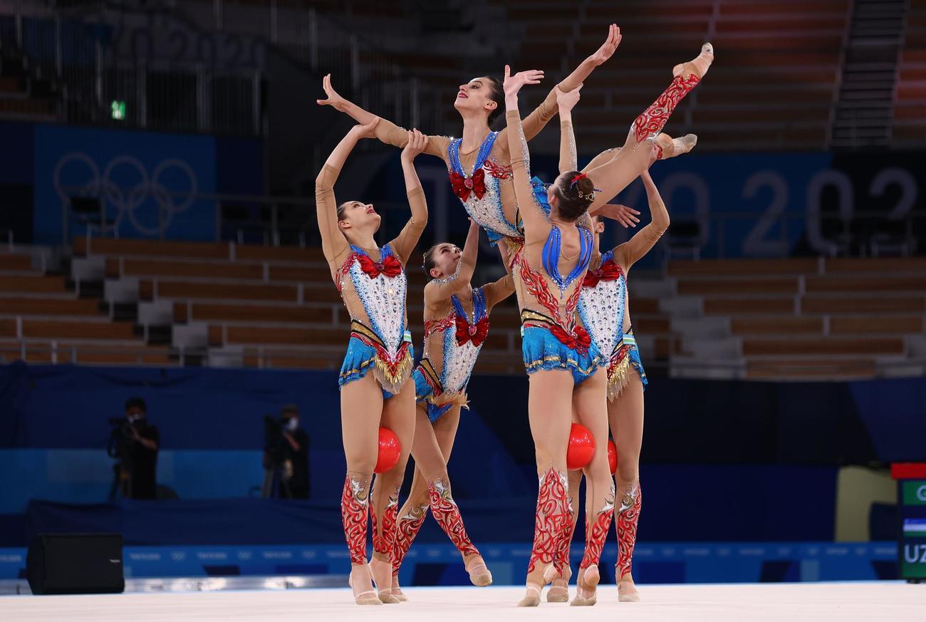 「美少女戦士セーラームーン」の衣装でボールの演技に臨んだウズベキスタン(ロイター)