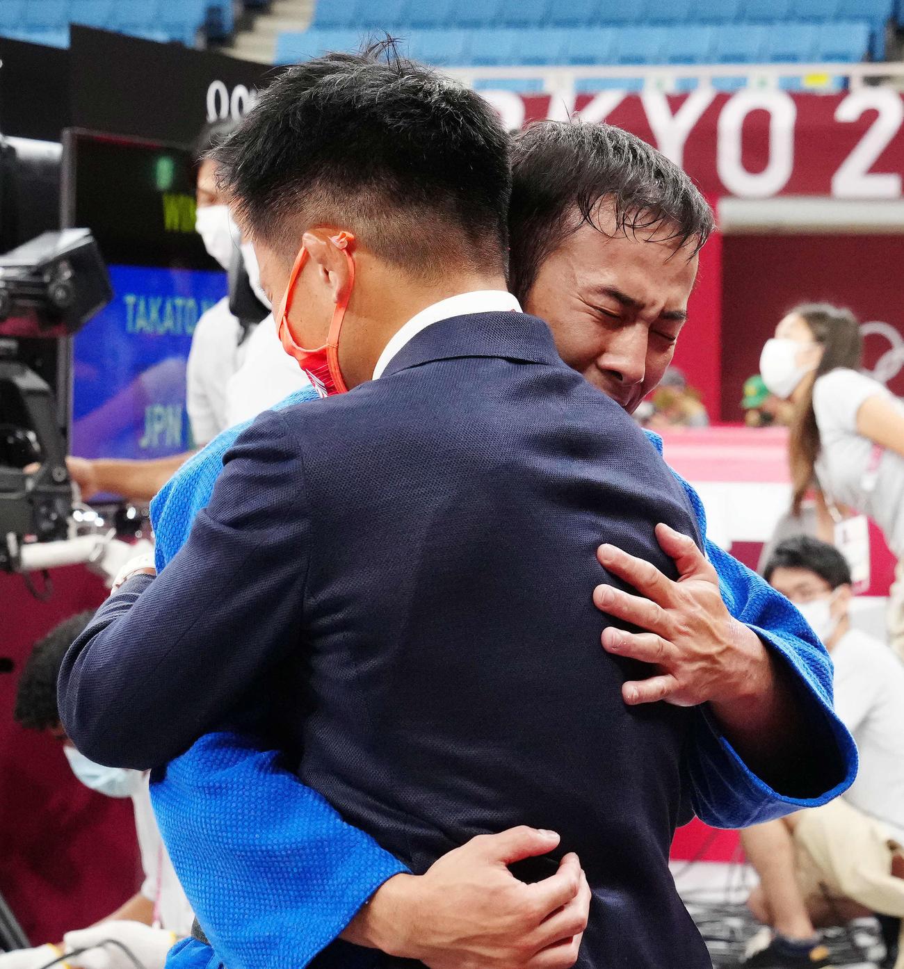 柔道男子60キロ級で優勝し涙する高藤(右)(撮影・江口和貴)