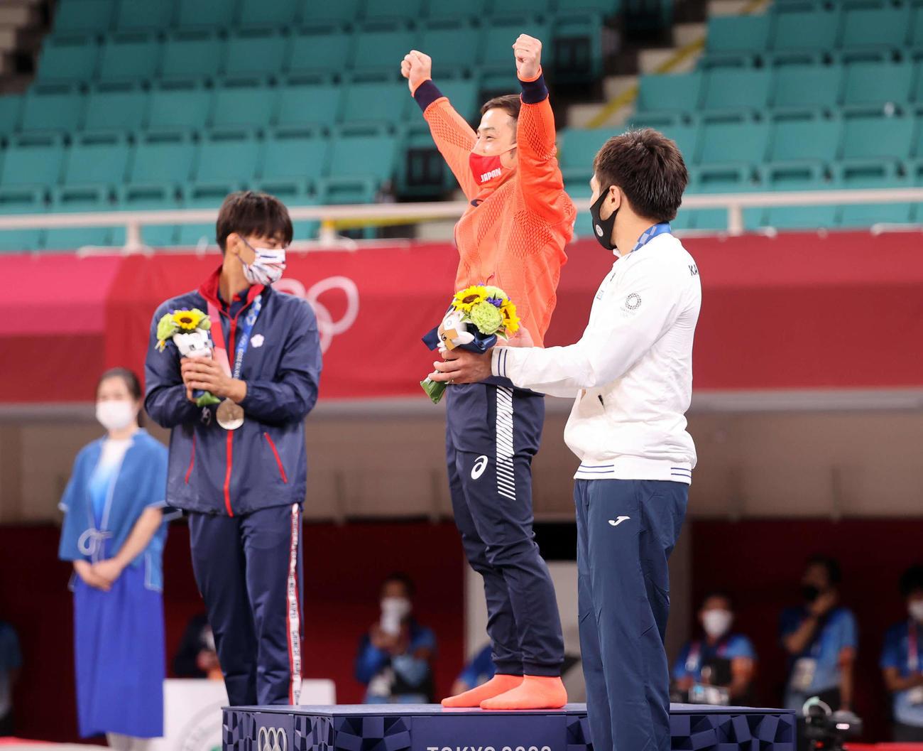 男子60キロ級で金メダルの高藤(中央)は表彰台でガッツポーズ(撮影・パオロ ヌッチ)