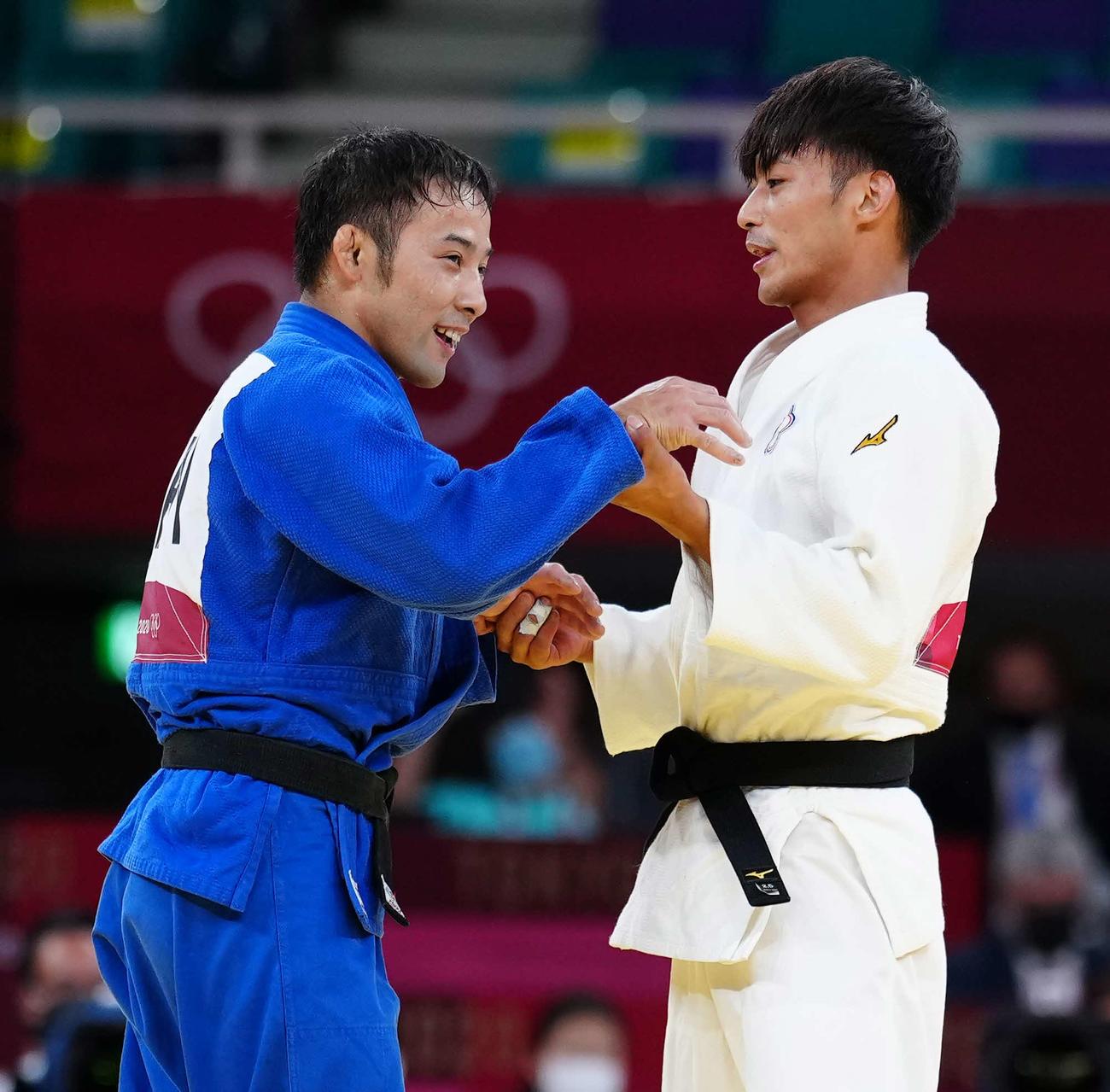 柔道男子60キロ級決勝で対戦した楊勇緯(右)をたたえる高藤(撮影・江口和貴)
