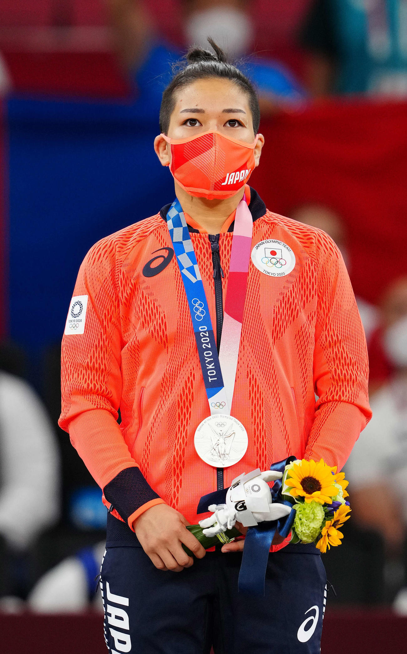 柔道女子48キロ級表彰式で銀メダルをかける渡名喜(撮影・江口和貴)