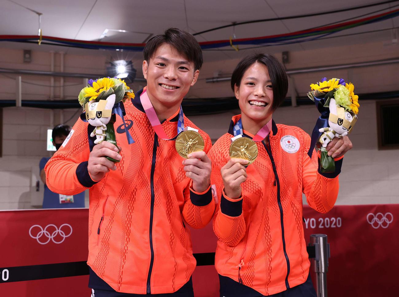 男子66キロ級で優勝した阿部一(左)と女子52キロ級で優勝した阿部詩は笑顔で記念撮影に収まる(撮影・河野匠)