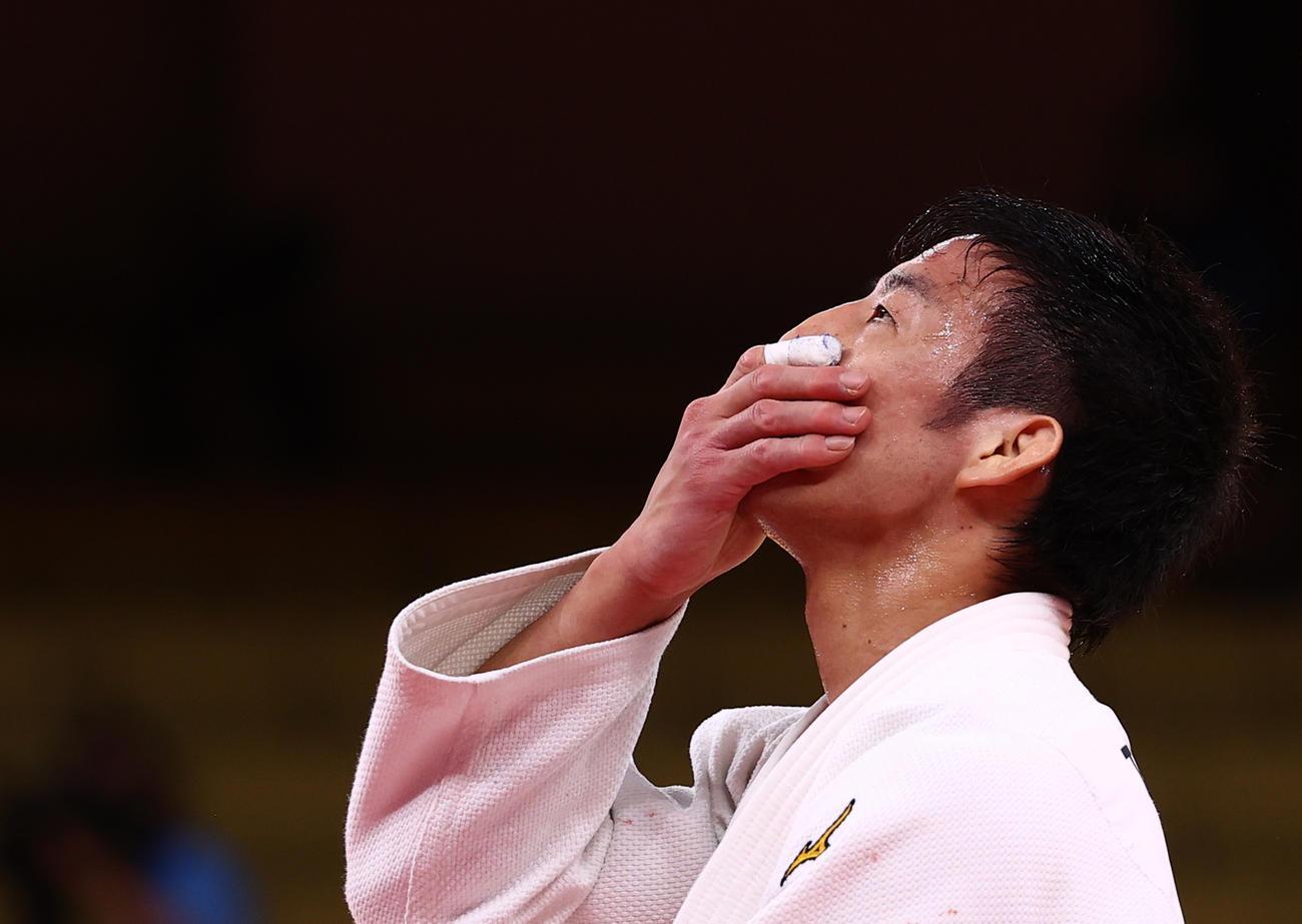 男子81キロ級で金メダルを獲得し顔をおおう永瀬貴規(ロイター)