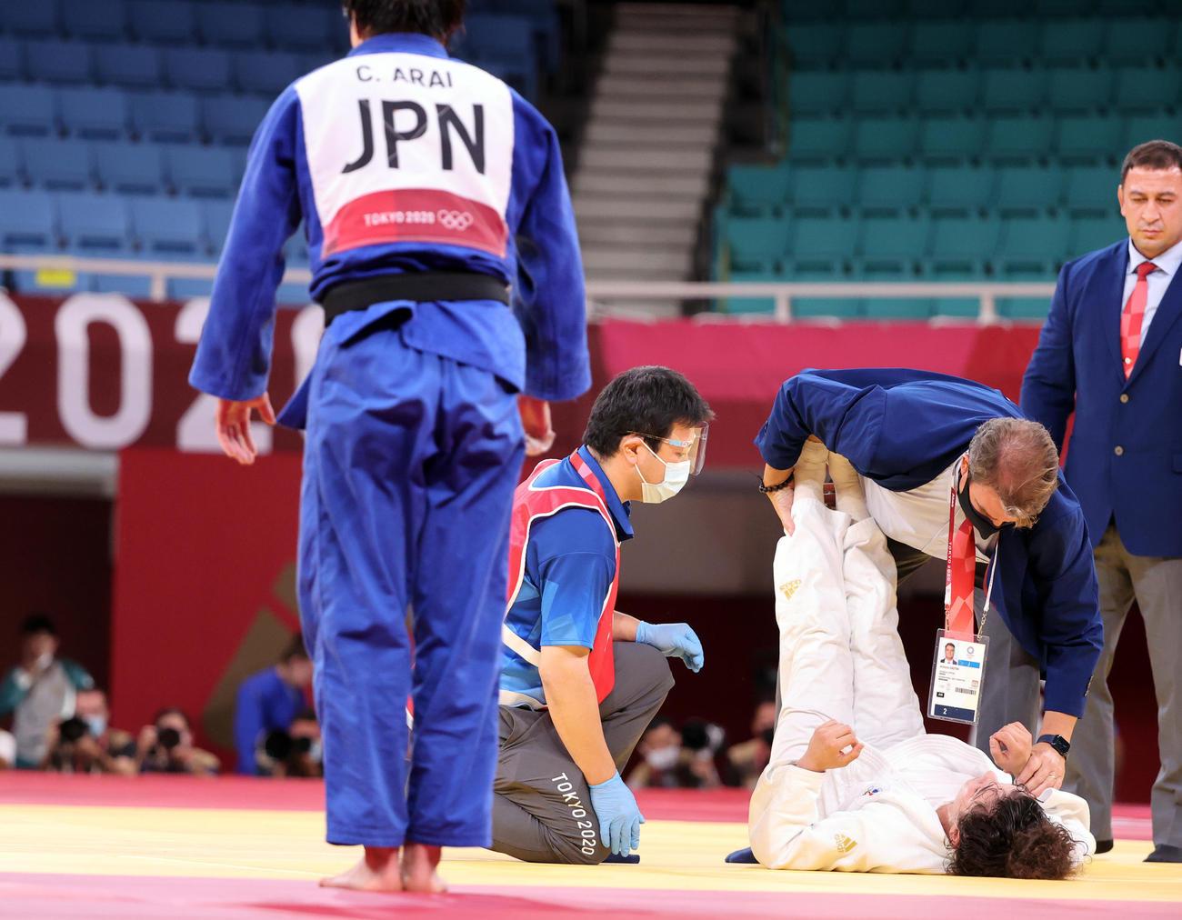 女子70キロ級準決勝 新井(手前)に絞め落とされたタイマゾワは手当を受ける(撮影・パオロ ヌッチ)