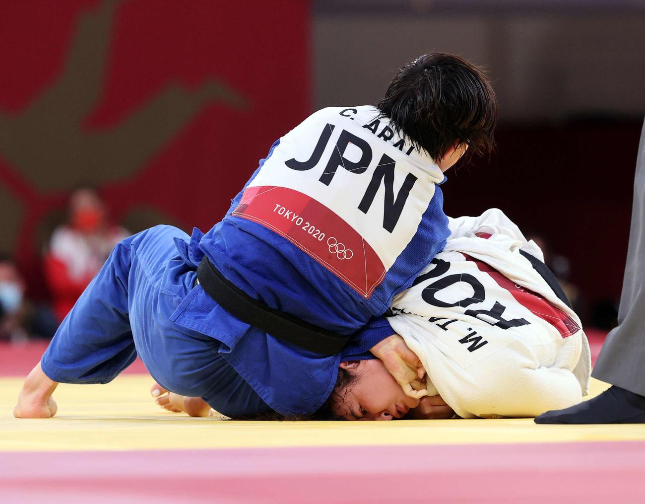 柔道女子70キロ級準決勝 新井(左)はタイマゾワを絞め落とす(撮影・パオロ ヌッチ)