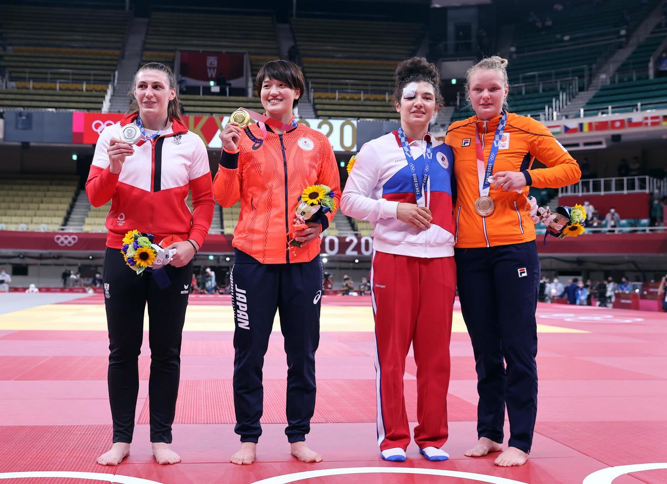 女子70キロ級で金メダルの新井(左から2人目)は記念撮影に臨む。左から銀メダルのポレレス、1人おいて銅メダルのタイマゾワ、ファンダイケ(撮影・パオロ ヌッチ)