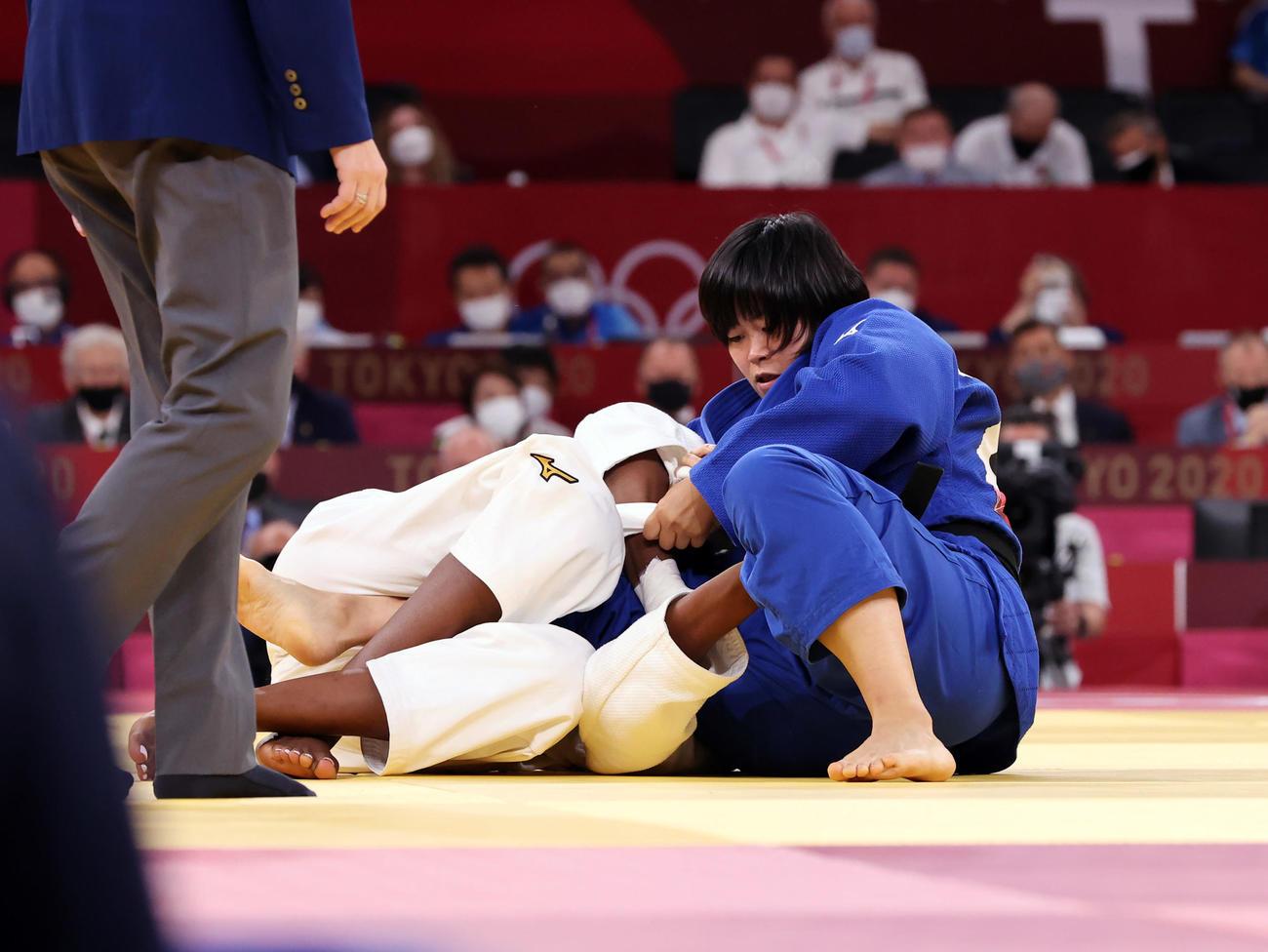 女子78キロ級決勝 フランスのマロンガ(左)を攻め込む浜田(撮影・パオロ ヌッチ)