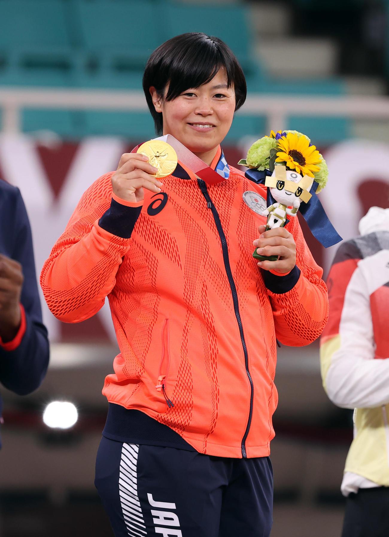 女子78キロ級 表彰式で金メダルを手に笑顔を見せる濱田(撮影・パオロ ヌッチ)