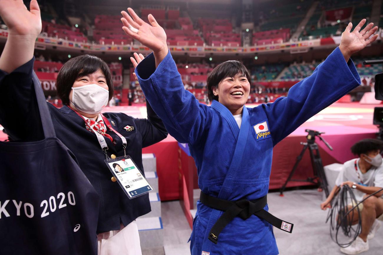 女子78キロ級決勝 金メダルを獲得し、塚田コーチ(左)といっしょに笑顔で手を振る濱田(撮影・パオロ ヌッチ)