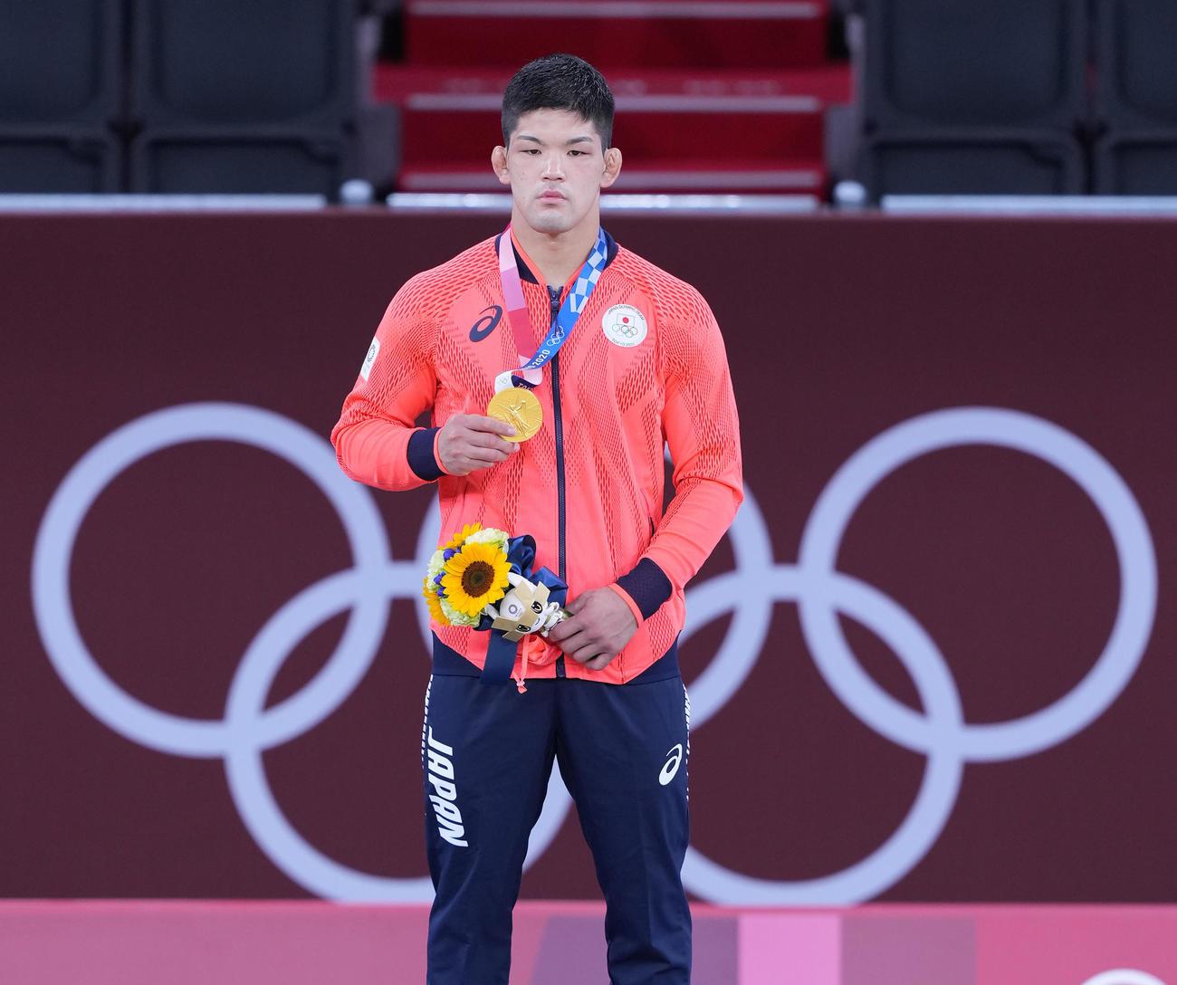 東京五輪 柔道男子73キロ級で優勝し、金メダルを手にする大野(2021年7月26日撮影)