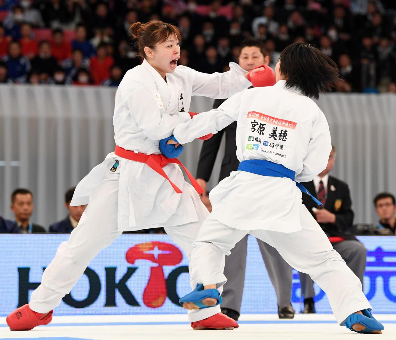 17年12月、全日本選手権の女子個人組手決勝で、大会3連覇を達成した植草(左)