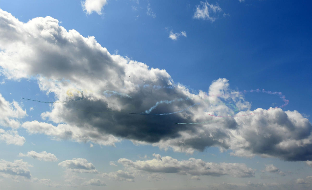 ブルーインパルスによるオリンピックシンボルは強風の影響により成功しなかった(撮影・横山健太)