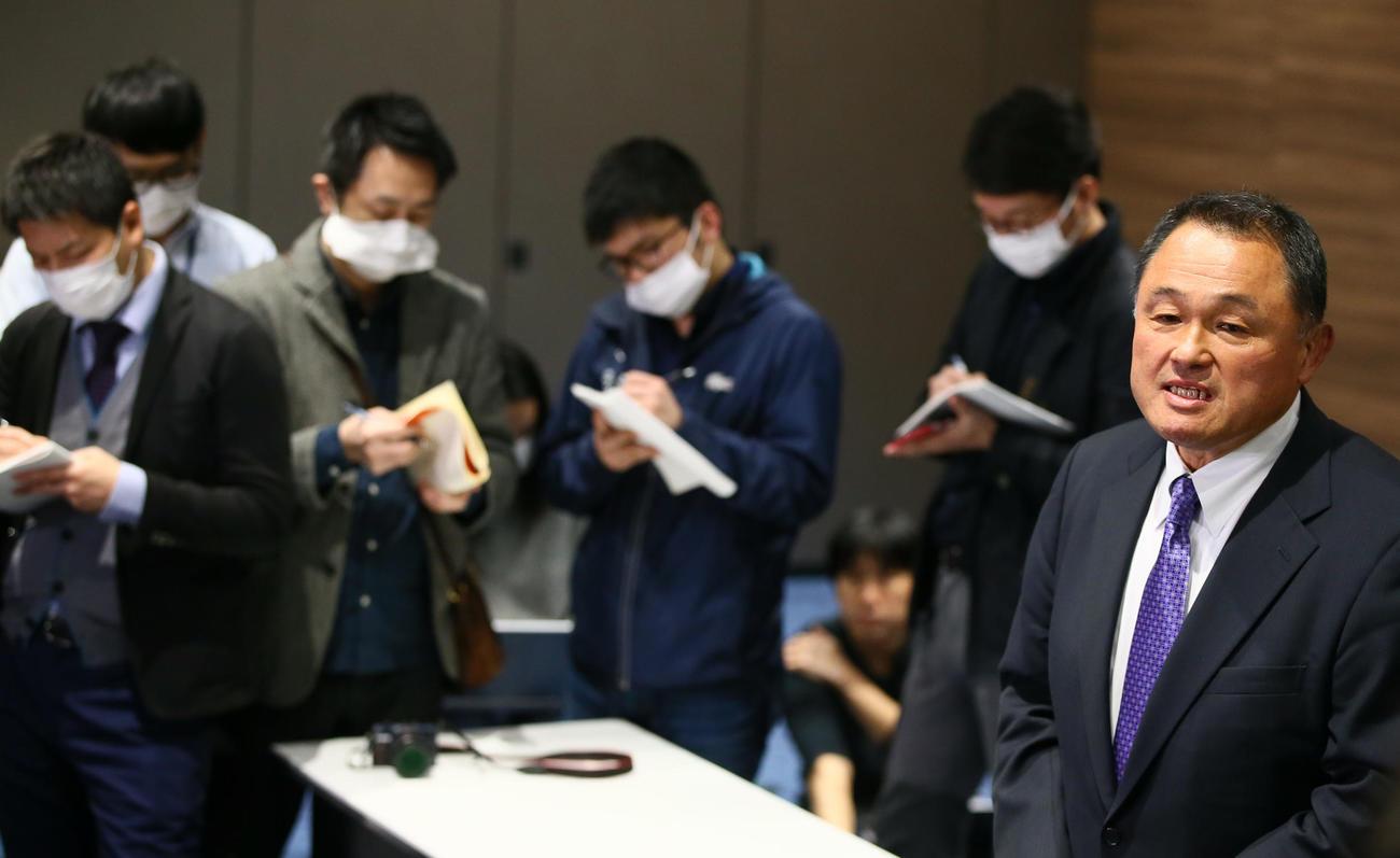 マスク姿の記者に囲まれながら会見に臨むJOC山下会長(撮影・足立雅史)