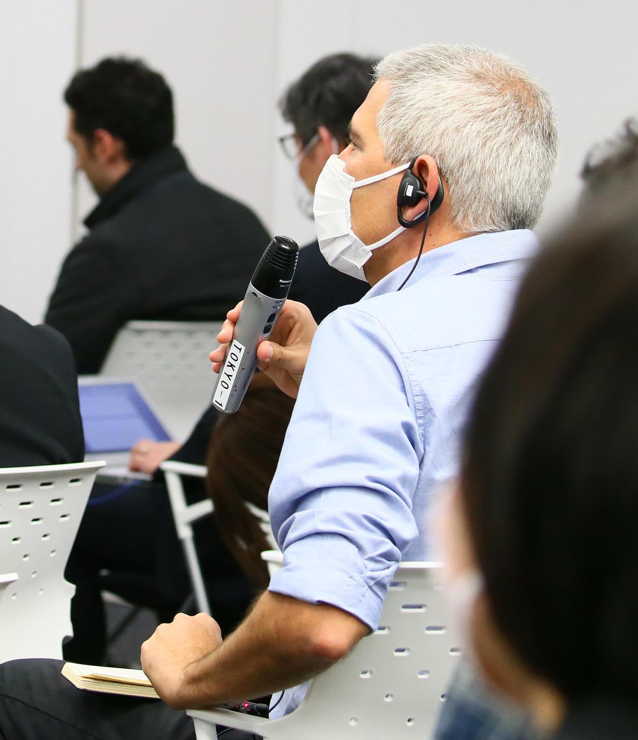 マスク姿で質問する海外メディアの記者(撮影・足立雅史)