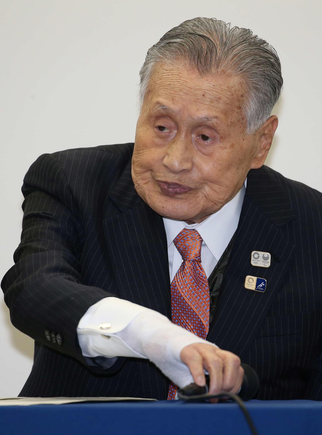 会見でマイクに手を伸ばす東京五輪組織委員会の森会長(撮影・河野匠)