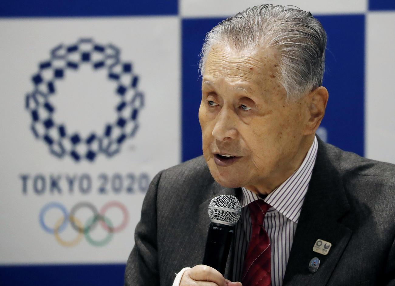 会見に臨む五輪組織委の森喜朗会長(AP)