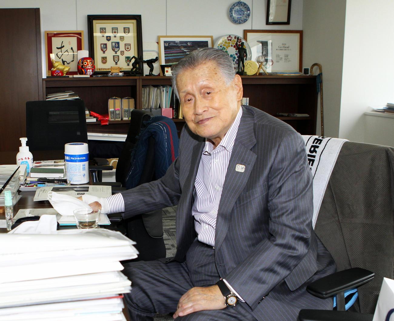 組織委の会長室でインタビューに応じた森喜朗会長(撮影・三須一紀)