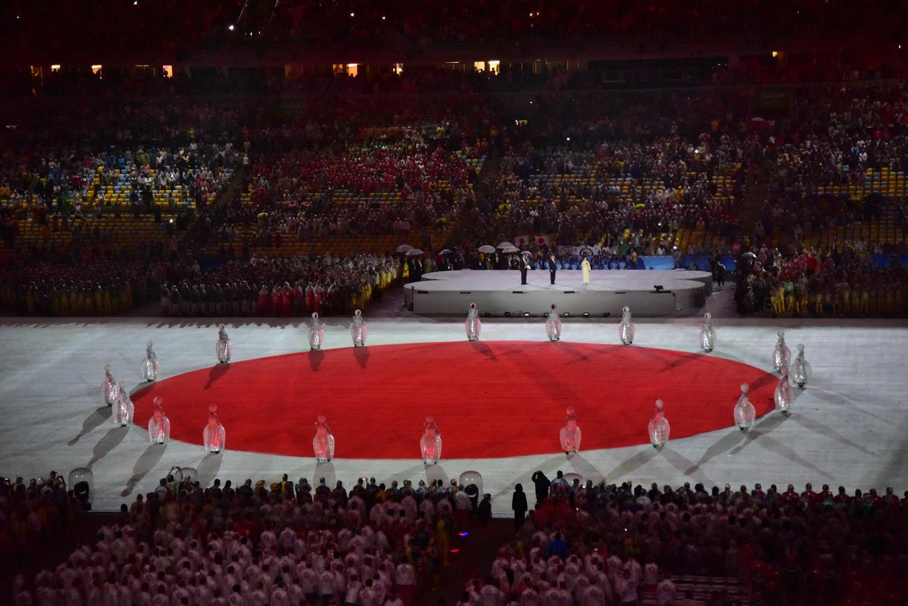 16年8月、リオデジャネイロ五輪閉会式でグラウンドいっぱいに映し出される日の丸
