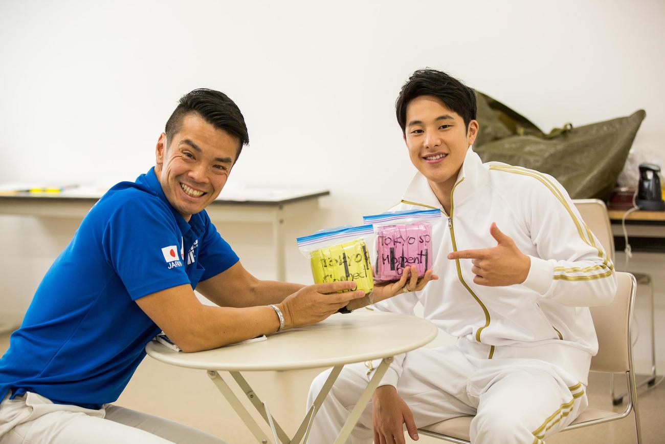 味の素「アミノバイタル(R)東京2020日本代表選手団SPECIAL」をPRする競泳男子の瀬戸大也(右)と味の素ビクトリープロジェクトの栗原秀文SD