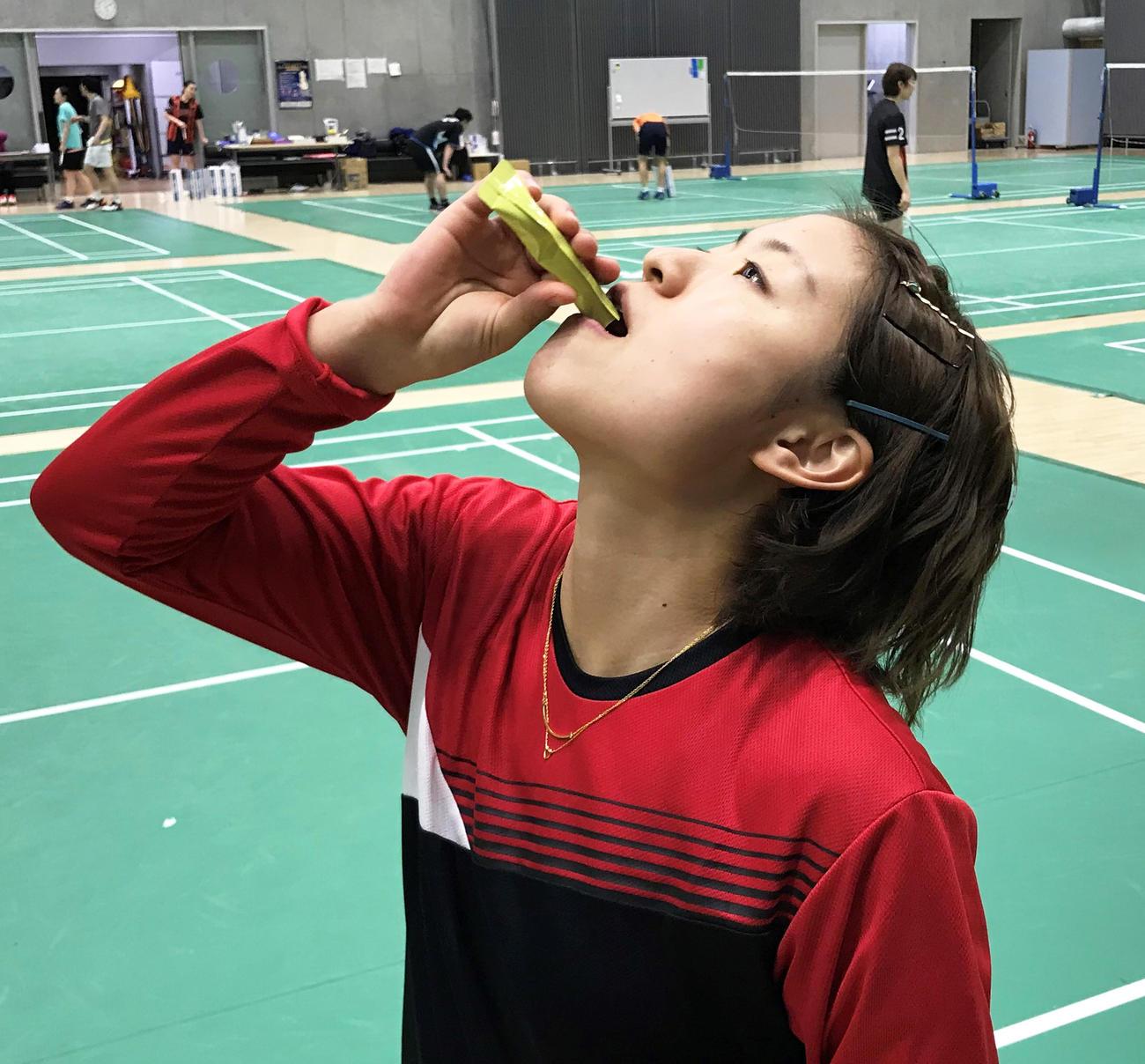 味の素「アミノバイタル(R)東京2020日本代表選手団SPECIAL」を摂取するバドミントン女子シングルスの奥原希望