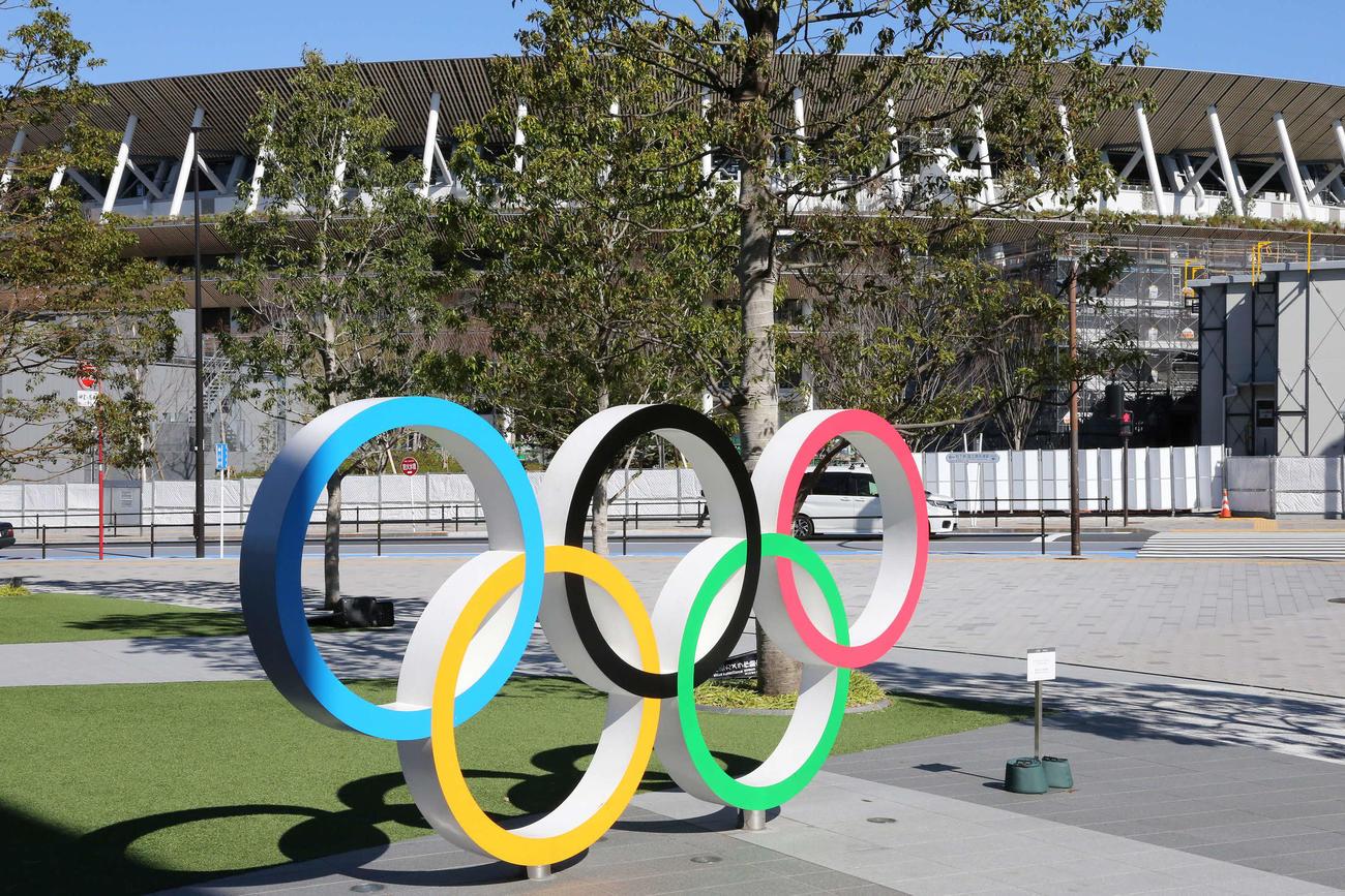 五輪のモニュメント。後方は新国立競技場(2020年3月20日撮影)