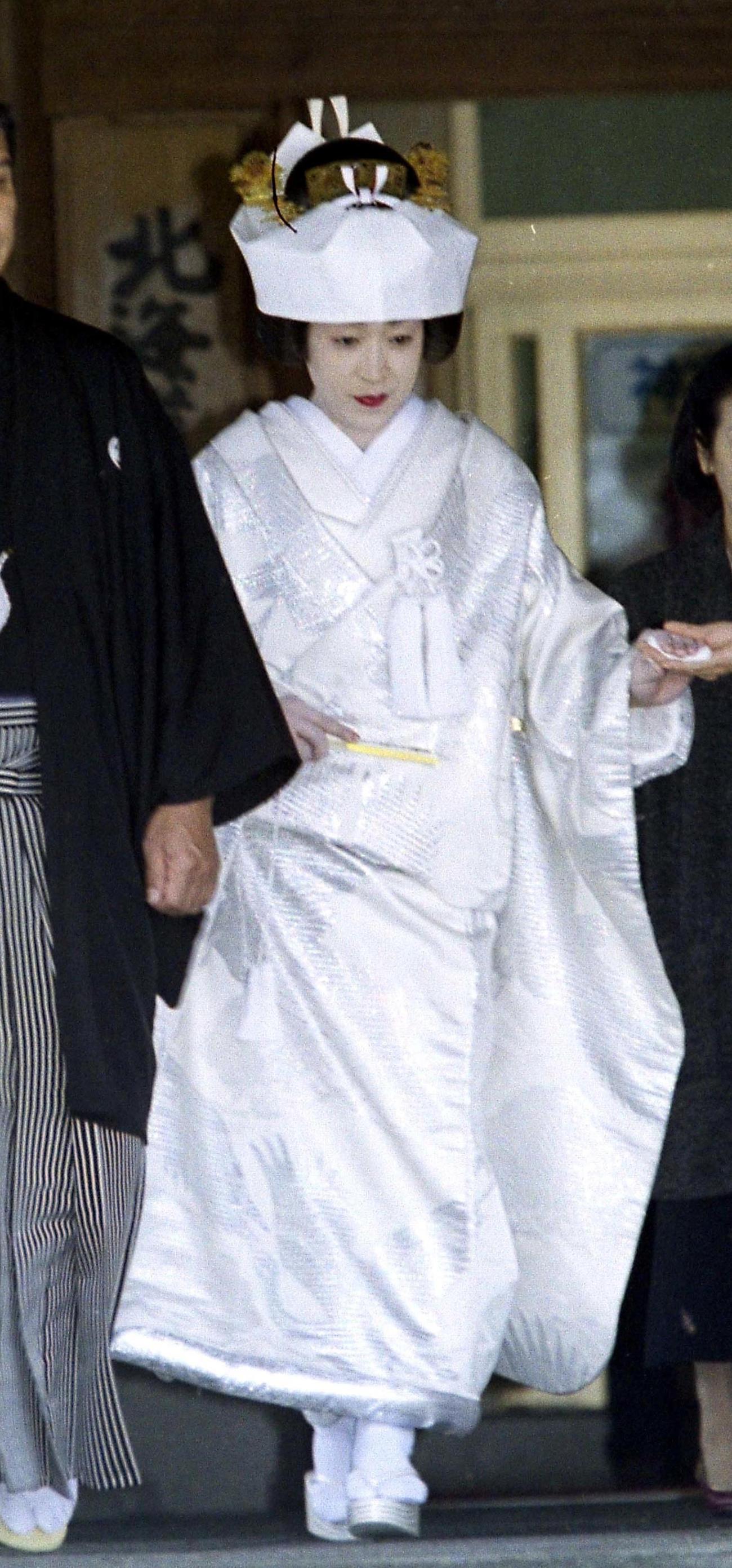 札幌・北海道神宮で結婚式を行った橋本聖子議員は白無垢で登場(1998年12月19日)