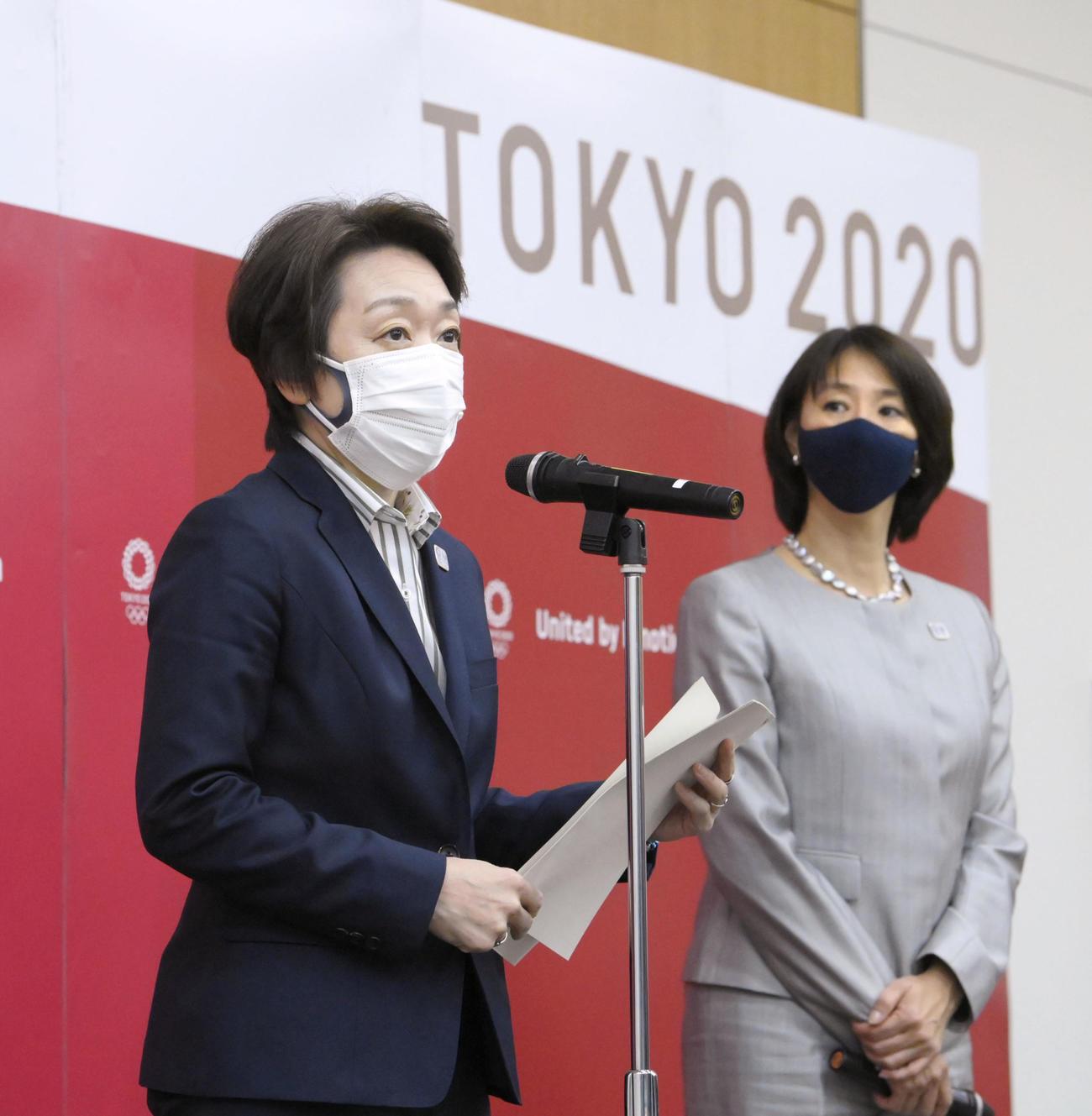 IOC理事会でのプレゼンテーションを終え、記者の質問に答える橋本聖子会長。右は小谷実可子スポーツディレクター(代表撮影)