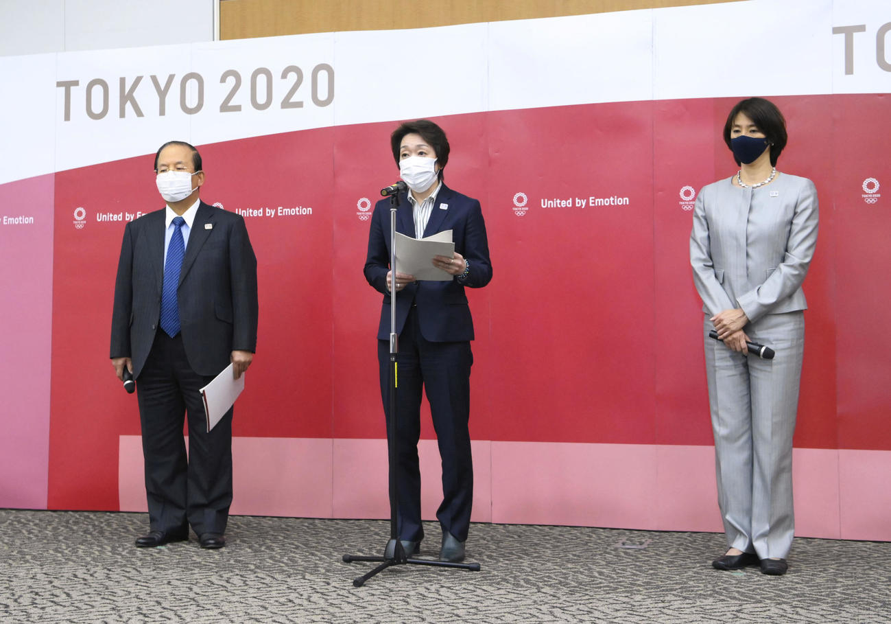 IOC理事会でのプレゼンテーションを終え、記者の質問に答える、橋本聖子会長(中央)ら(代表撮影)