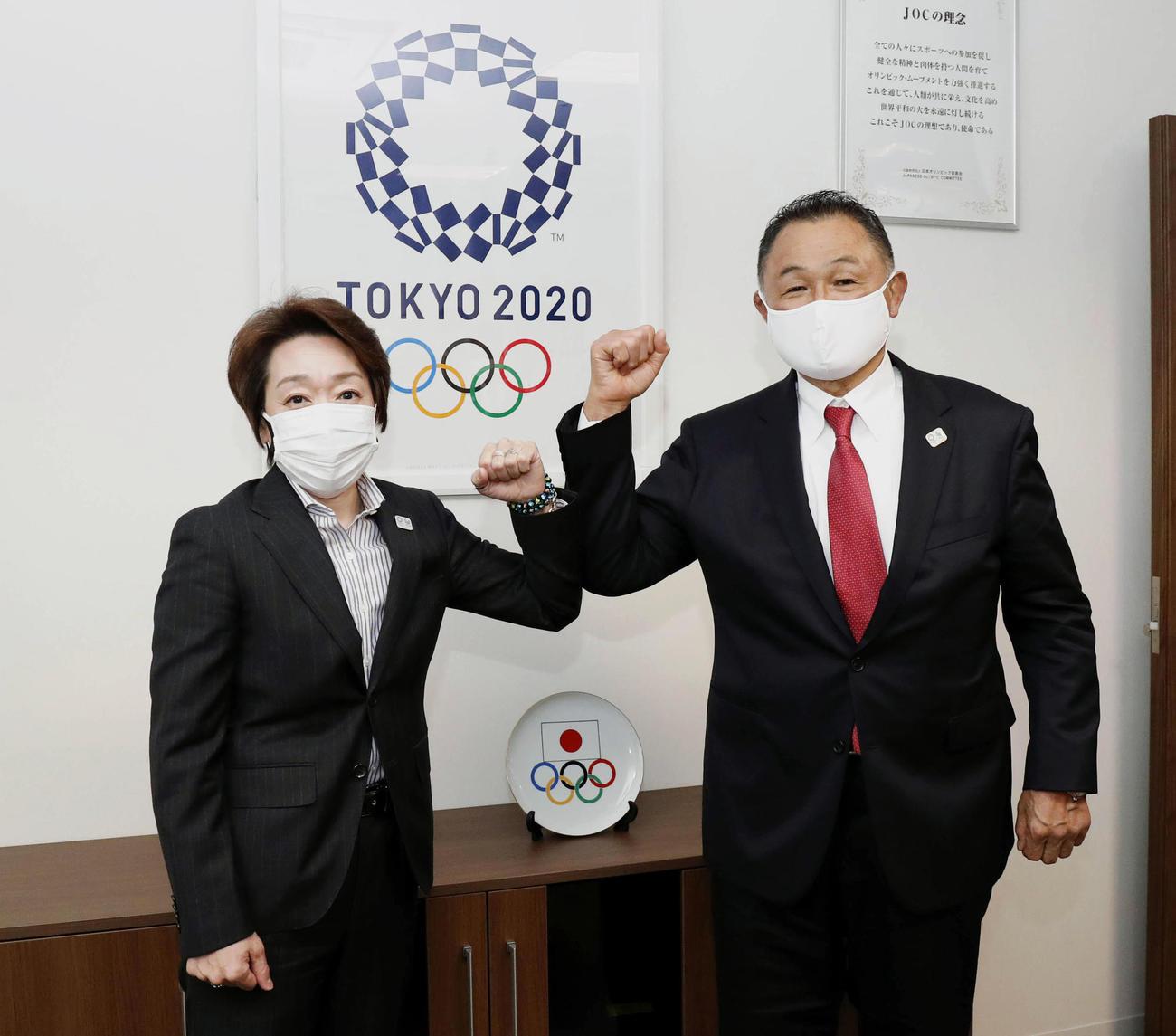 東京五輪・パラリンピック組織委員会の橋本聖子会長(左)と面会するJOCの山下泰裕会長(JOC提供)(共同)
