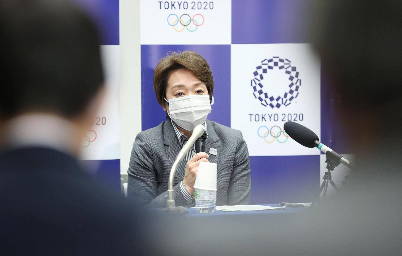 記者の質問に答える東京五輪・パラリンピック大会組織委員会の橋本聖子会長(代表撮影)