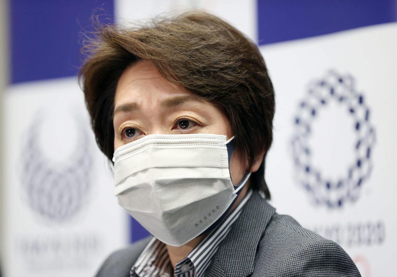 記者の質問を聞く東京五輪・パラリンピック大会組織委員会の橋本聖子会長(2021年4月9日代表撮影)