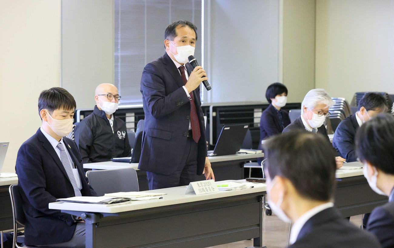 東京五輪のマラソン・競歩に関する実務者会議冒頭であいさつする大会組織委員会の森泰夫大会運営局次長(左から2人目)(代表撮影)