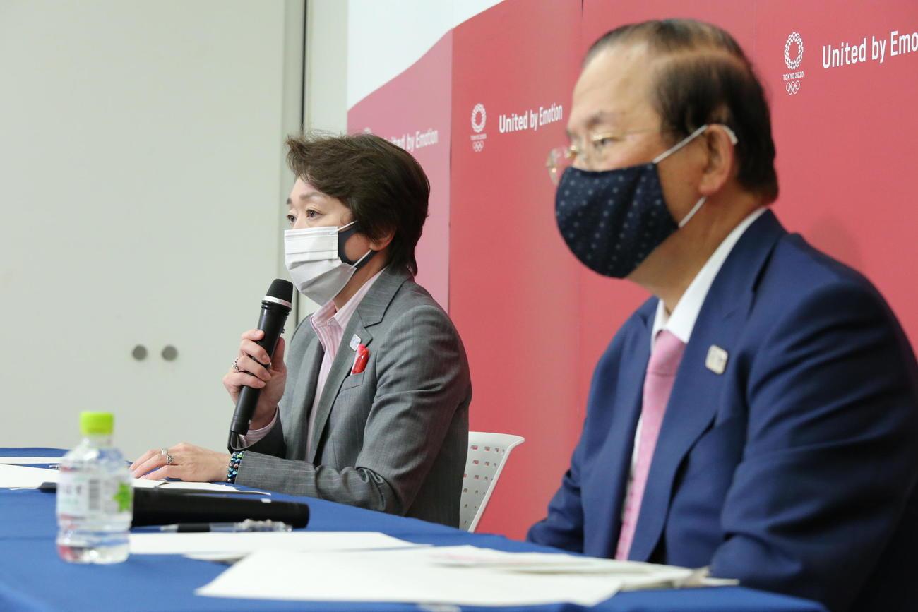 国際オリンピック委員会(IOC)理事会でのプレゼンテーション後、取材に応じる東京五輪・パラリンピック組織委員会の橋本聖子会長(左)と武藤敏郎事務総長(代表撮影)