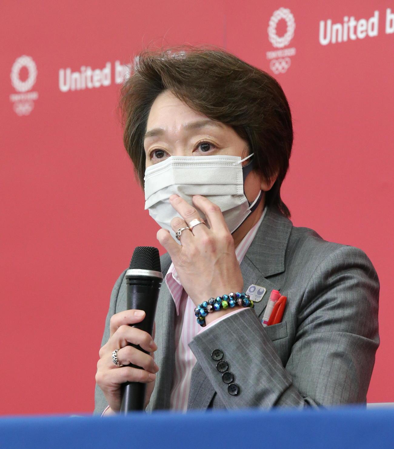 取材に応じる東京五輪・パラリンピック組織委員会の橋本聖子会長(代表撮影)