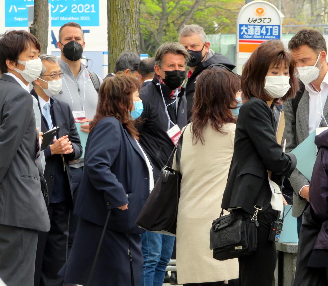 東京五輪マラソンテスト大会でスタート地点を視察するセバスチャン・コー会長(中央の黒いマスク姿)(撮影・三須一紀)