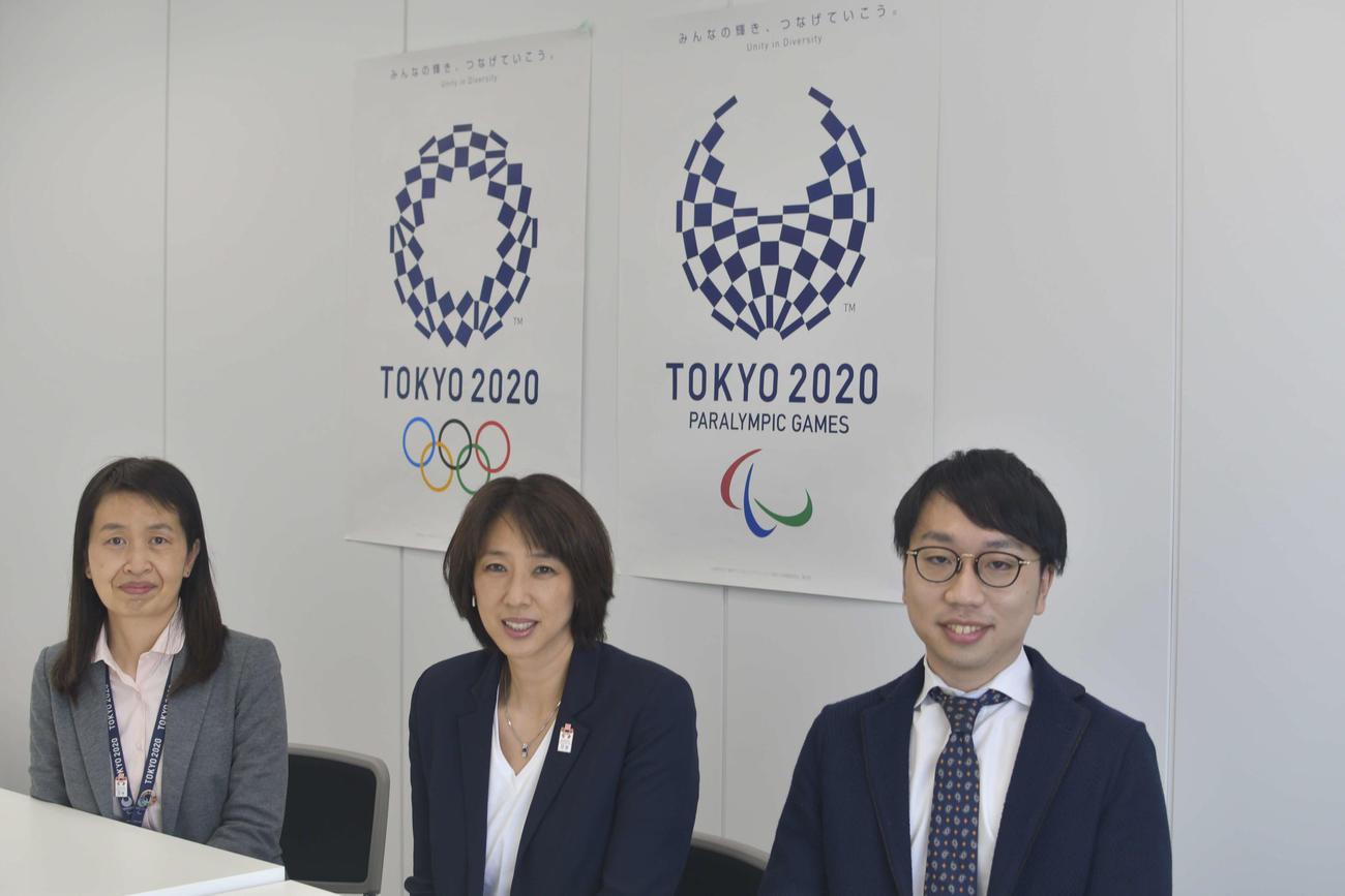 「ジェンダー平等推進チーム」で活動する、左から荒田さん、小谷スポーツディレクター、近藤さん(撮影・平山連)