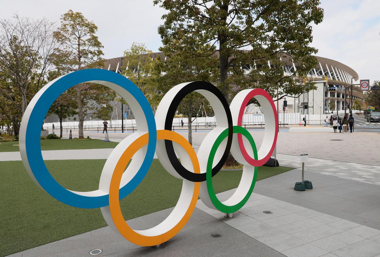 国立競技場前の五輪モニュメント(2021年3月20日撮影)