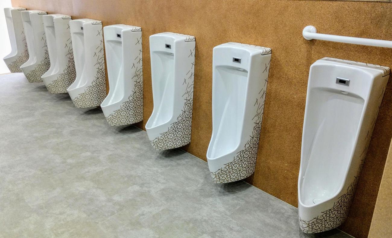 東京五輪・パラリンピックの選手村ビレッジプラザに設置された「金の装飾トイレ」小便器