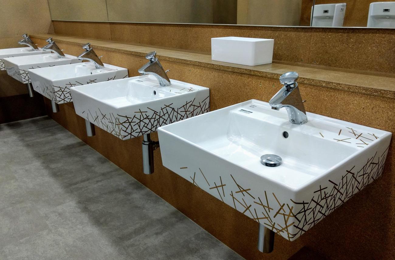 東京五輪・パラリンピックの選手村ビレッジプラザに設置された「金の装飾トイレ」洗面台