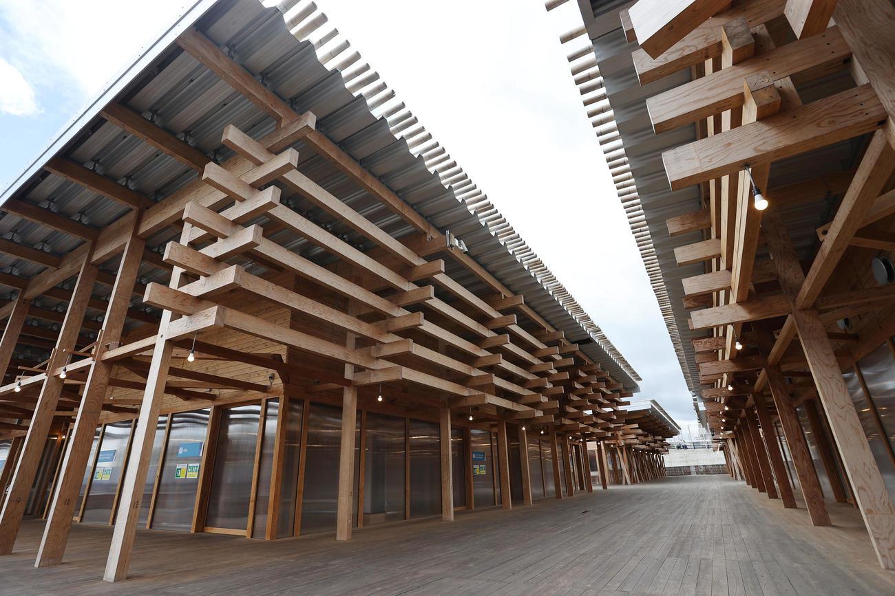 各都道府県産の木材で建てられた選手村ビレッジプラザ(撮影・垰建太)